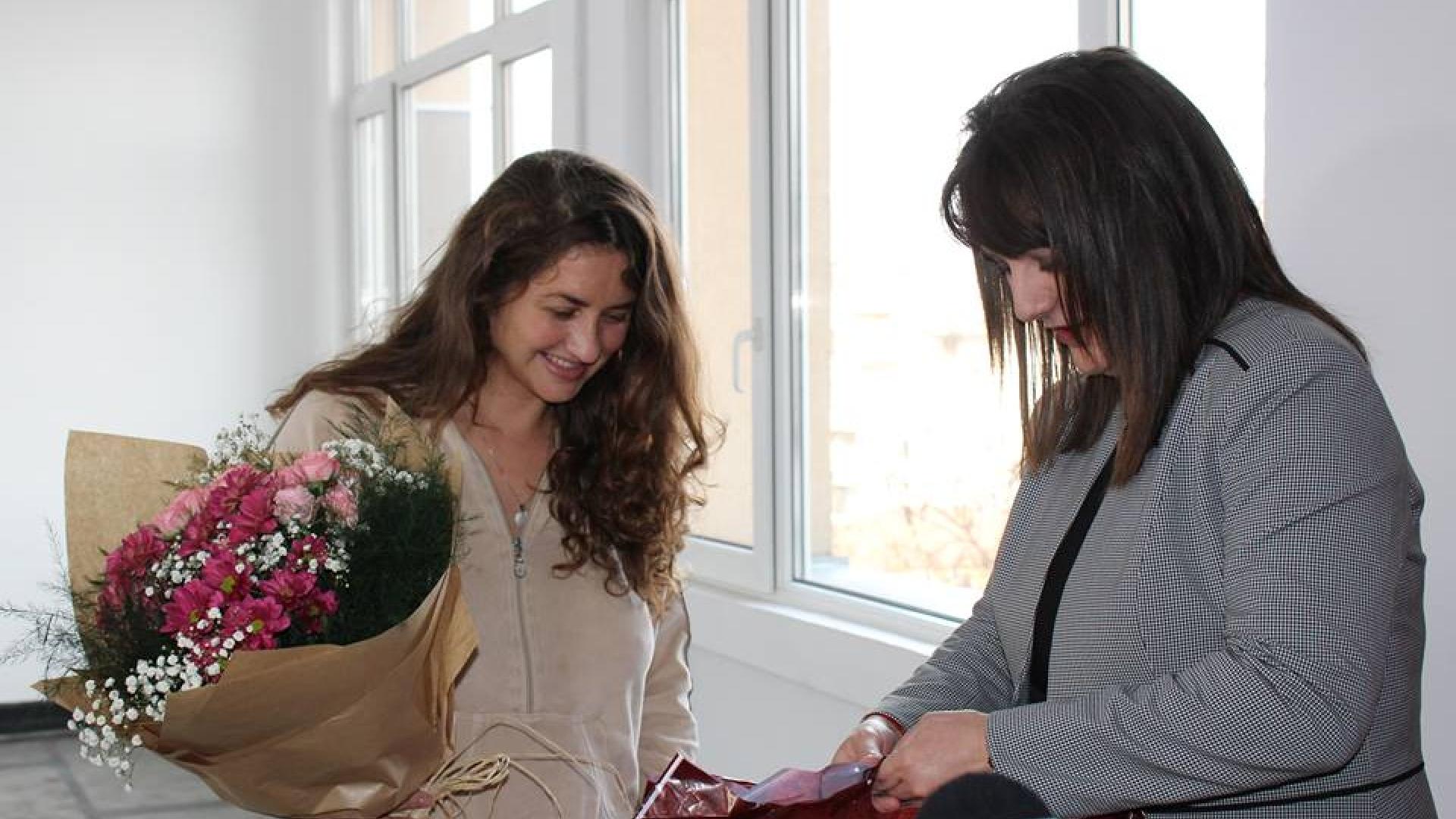 Областният управител Албена Георгиева с подаръци за първото бебе, родено за 2019г.