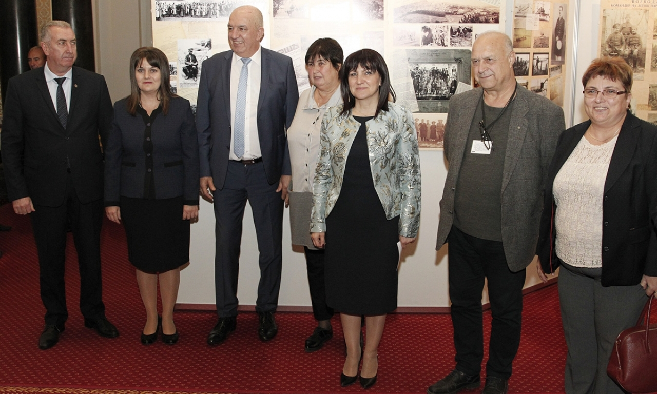 """Областният управител Албена Георгиева присъства на представянето  на пътуващата изложба """"16 фотоесета - Другото лице на воините ни""""  в сградата на Народното събрание"""