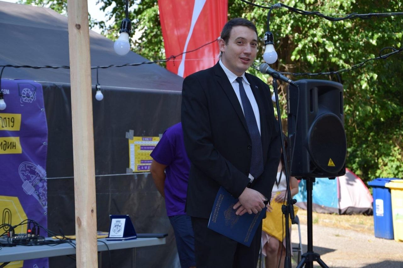 Заместник областният управител Лъчезар Попиванов приветства участниците в младежкия фестивал The bridge